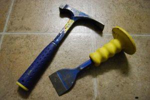 Использование молотка и зубила для проделывания штроб