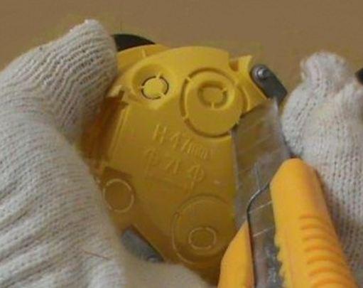Подготовка подрозетника к монтажу, вырезаем отверстия под провода