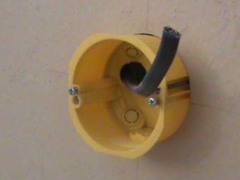 Вставляем провода в заранее подготовленные отверстия