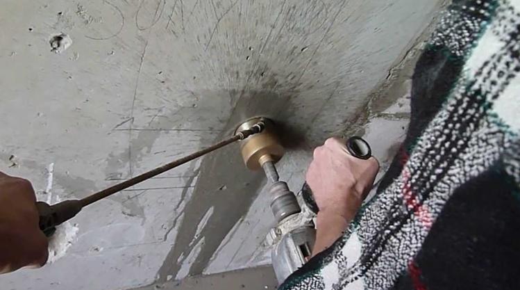 Высверливание отверстия для подрозетника с помощью перфоратора