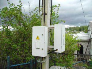 Электросчетчик на столбе на даче