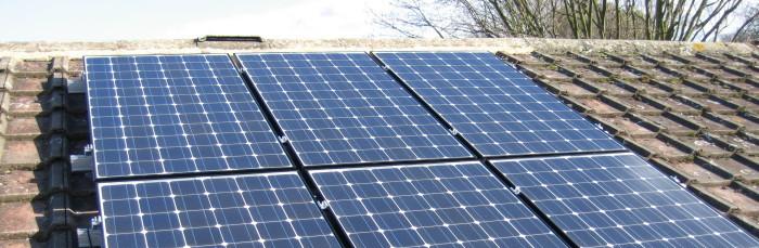Синие солнечные батареи на крыше