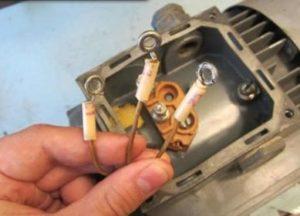 Выведено три провода на асинхронном двигателе